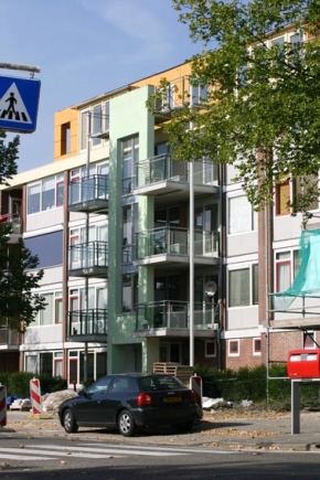 Toevoegen van een optopping en nieuwe balkons leidt niet tot verbouwing van het bestaande trappenhuis.