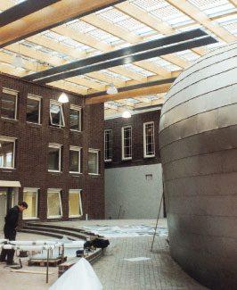 Zonnepanelen in het glazen dak van de uitbreiding van het gemeentehuis in Dongen.
