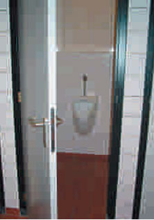 Volgens de nieuwe regels: een urinoir in een afgesloten toiletruimte. Bij een andere oplossing moet de gelijkwaardigheid worden aangetoond.