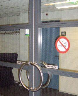 Volgens de huidige regelgeving voldoet een dergelijke pui met spiegeldraadglas niet meer per definitie aan de wbdbo-eis van 20 minuten.