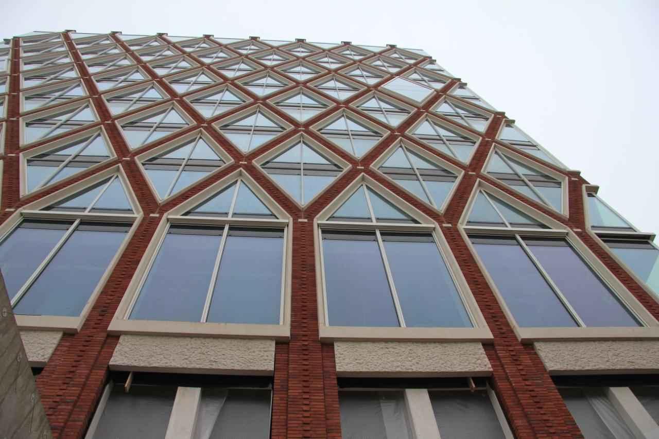 Het gebouw valt vooral op door zijn gevelpatroon, dat is gebaseerd op Goudse stroopwafels.