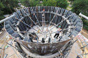 Centraal in de bestaande bouw is een ronde kern, die ook weer het hart van de nieuwbouw vormt.