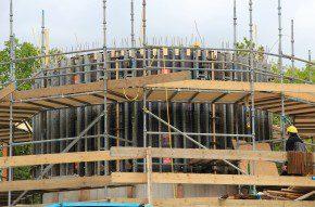 Met de ronde wandbekisting NOEtop R275 bood NOE-Bekistingtechniek een oplossing om de nieuwbouw aan te laten sluiten op de bestaande bouw.