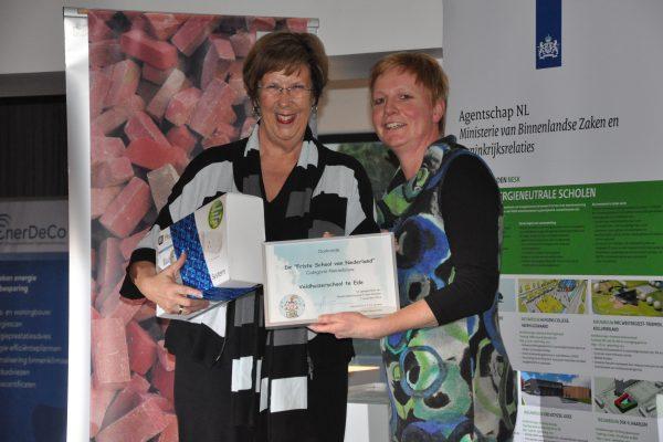 Schooldirecteur Geertje van de Put neemt de prijs in ontvangst van Annemarie Jorritsma