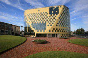 Het nieuwe gemeentehuis van Hardenberg ligt op een parkachtig aangeklede parkeergarage. De ronde onderzijde zorgt voor een alom zichtbare, publieke begane grond.