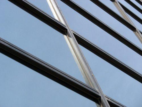 Glazen gebouw wekt energie op met zonneglas