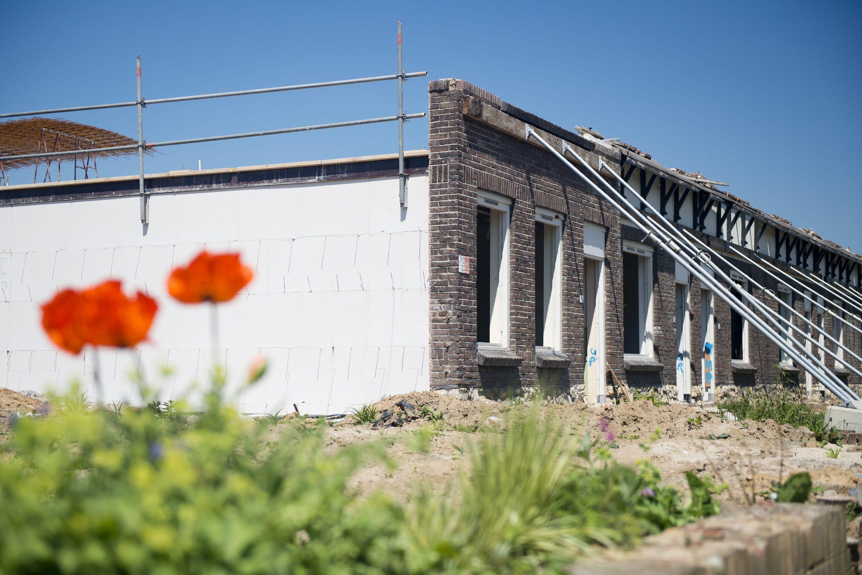 Moderne woningen achter historische voorgevel - Moderne huis gevel ...