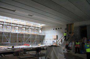 Ondergrondse foyer met rechts de trap en lifschacht naar het Mauritshuis
