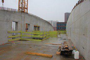 De gebogen betonnen wandliggers