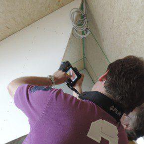 Met een warmtebeeldcamera worden de luchtdichtheid en de isolatie van de woningen gecontroleerd.