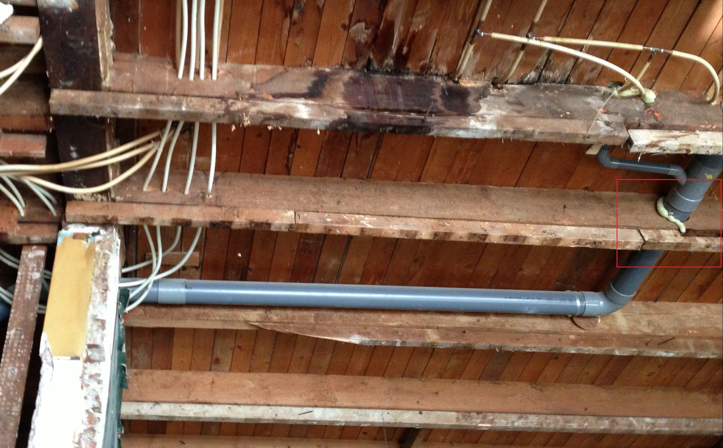 Leiding door balk - Plafond met balk ...