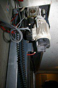 Plaatsing van een rolhek. Direct gemonteerd op een betonnen wand veroorzaakt dit een 10dB hoger geluidsniveau in de bovengelegen woning