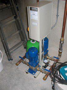 Hydrofoorinstallatie met flexibele aansluitingen (compensatoren) en geplaatst op rubbervoeten