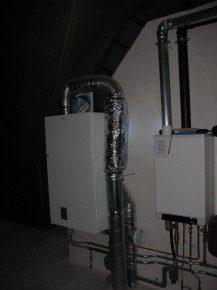 Open opstelling op zolder van luchtwarmtepomp met boiler en ventilatiesysteem