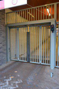 Speedgatepoort met dubbele vouwdeurconstructie is is geïntegreerd in een portaalconstructie, die vrij wordt gehouden van de rest van het gebouw.