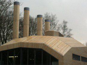 Het gehele warmtestation, inclusief schoorstenen, is bekleed met Accoyahout op regelwerk. Foto: De Klerk.