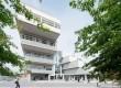 De karakteristieke, getrapte vorm van het I/O-gebouw is mede bepaald aan de hand van bezonningsstudies voor de villa's naast de school.