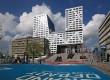 Het nieuwe stadskantoor van Utrecht staat op een 7,5 meter verhoogd podium, direct naast de sporen van Utrecht CS.