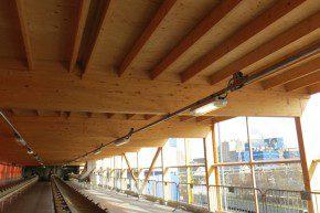 De houten dakconstructie van de zogenaamde bandentunnel bovenin het opslaggebouw.