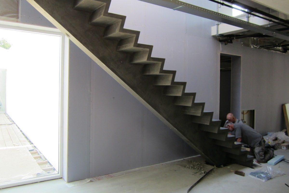 Slanke trappen van zwart ultra hogesterktebeton for Stalen trap maken