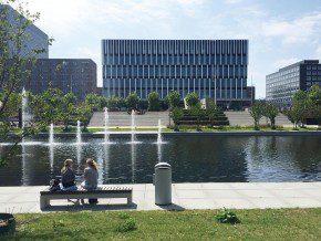 Het onderwijsgebouw Polak Building op campus Woudestein van de Erasmus Universiteit Rotterdam.