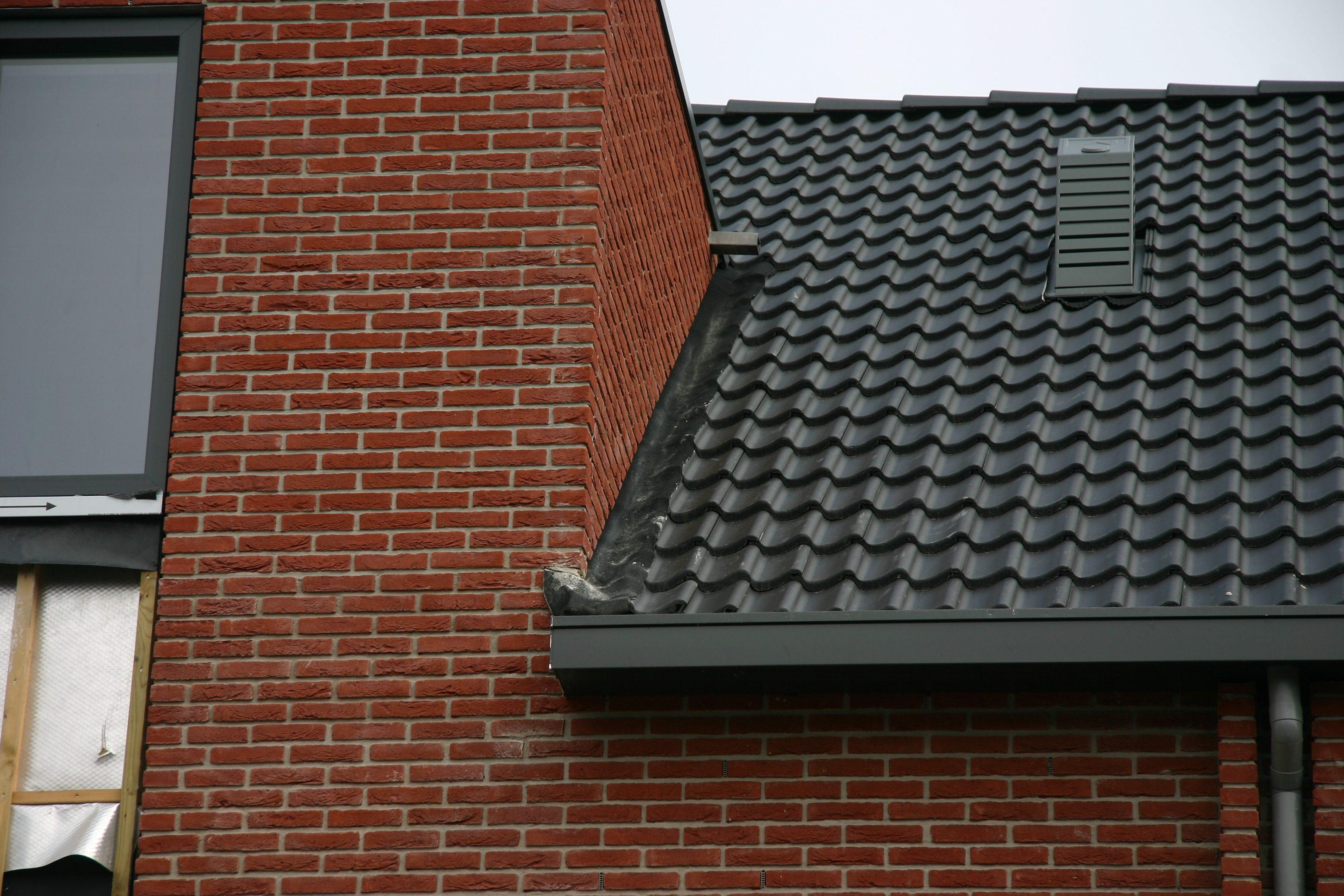 Slabbe over dakpan for Huis waterdicht maken