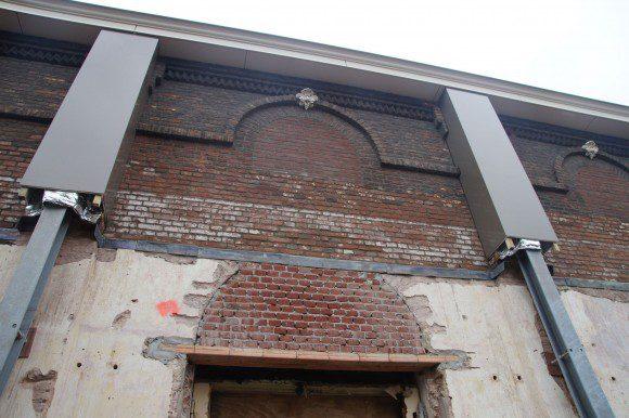 bakstenen pilasters in de zijgevels van het achterhuis Cinecitta Tilburg