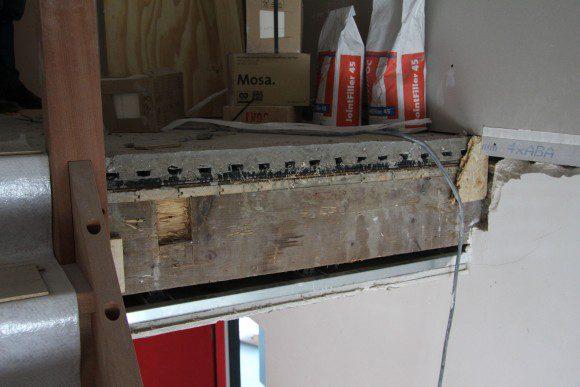 De vloeren zijn zwaluwstaart-betonplaatvloeren die met vilt opgelegd zijn op houten balklagen.