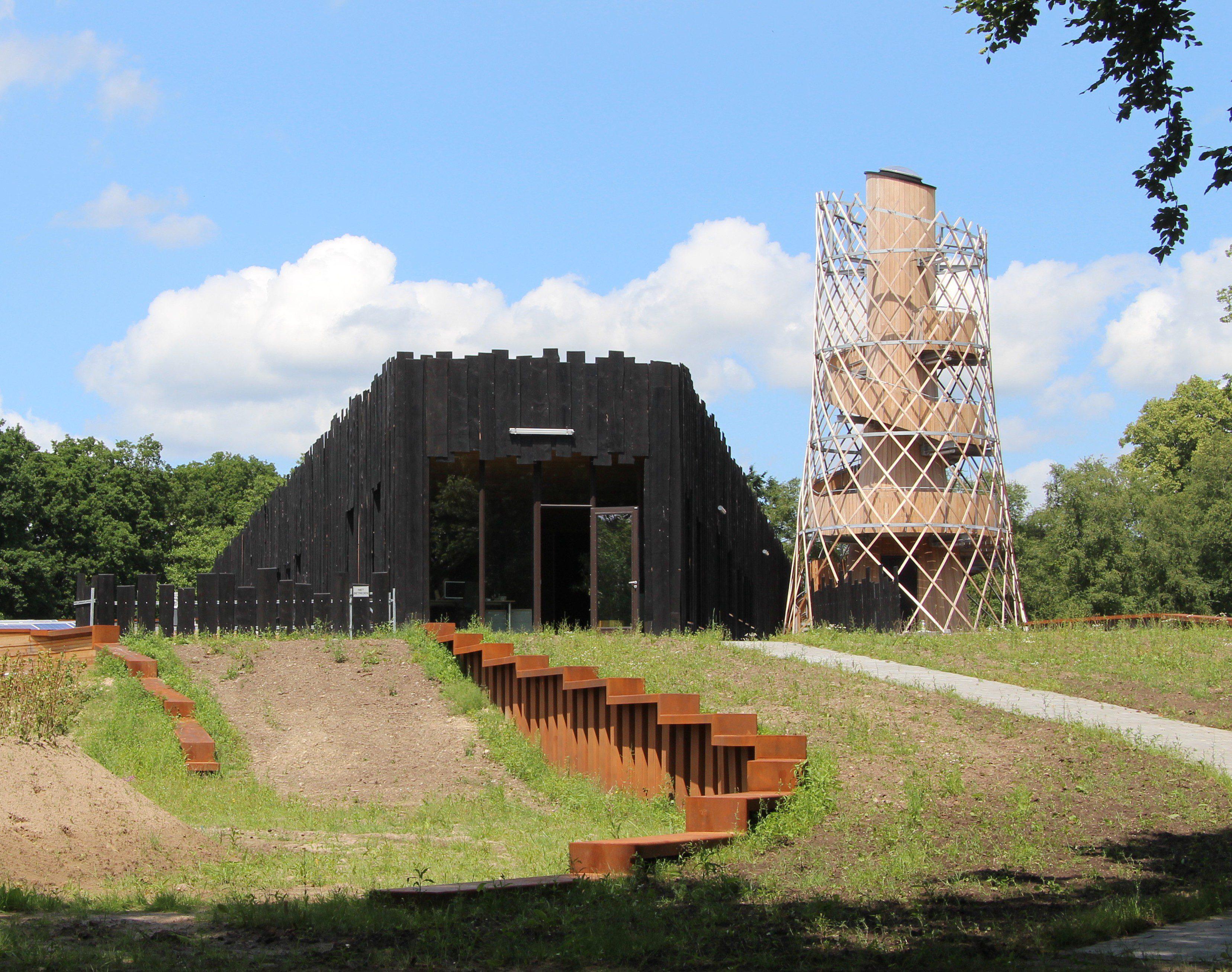 De zonneschoorsteen van staal en hout op het expogebouw Milieu Educatief Centrum Assen.