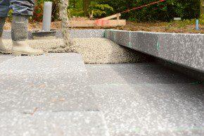 De randkist vult zich met beton, waardoor er in de rand een betonneus ontstaat.