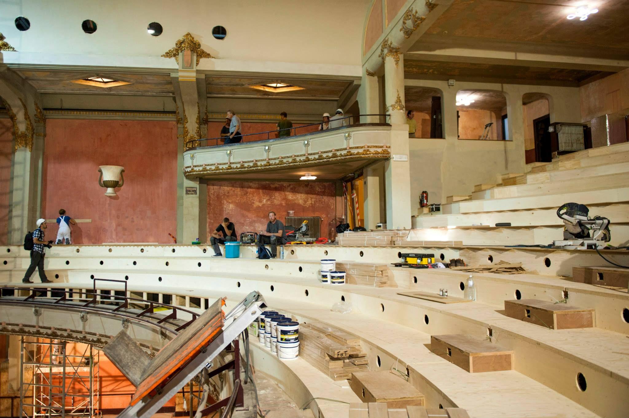 Kerto-tribune bij renovatie theater