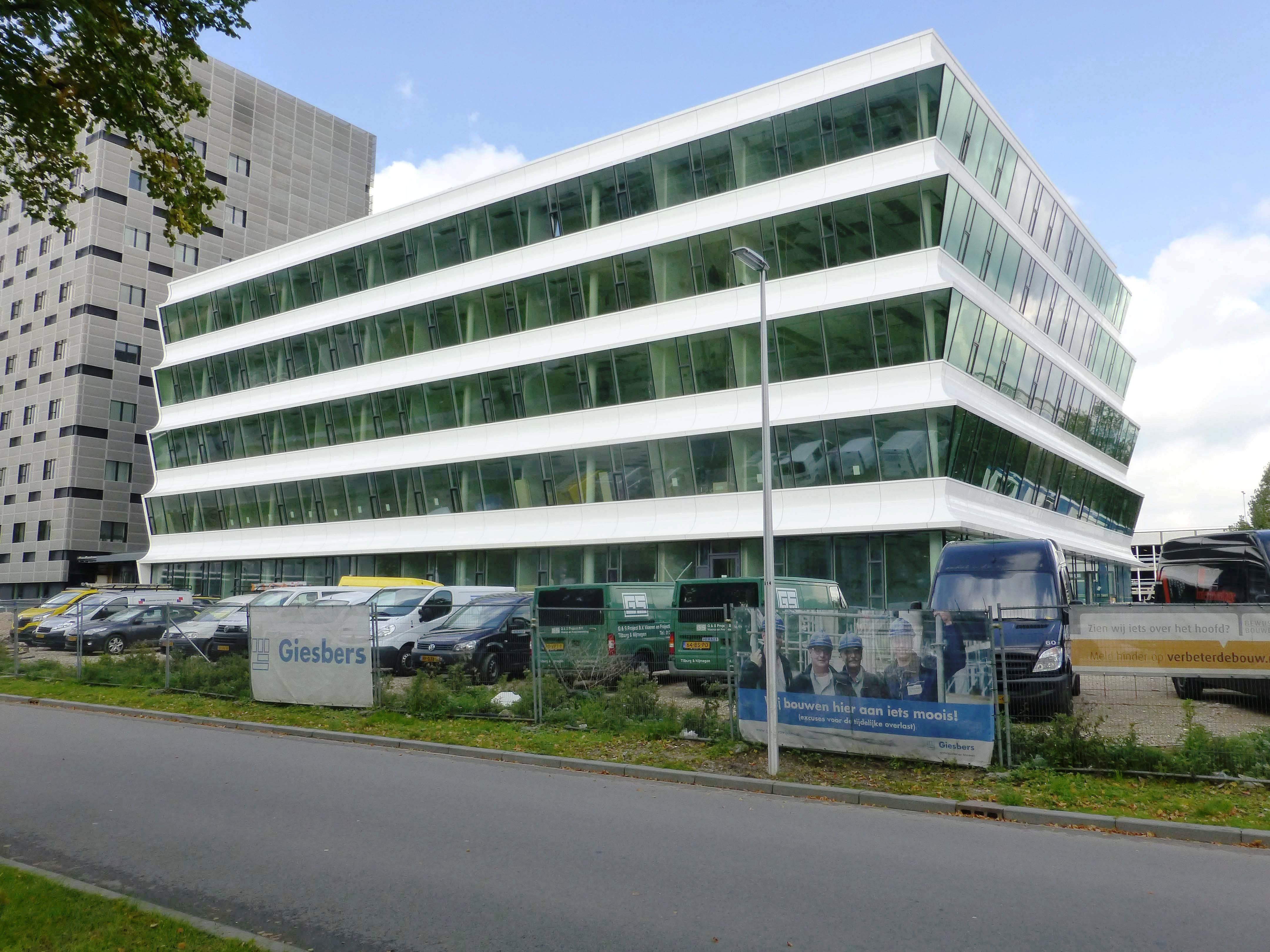 De LSI is een opvallend gebouw met zijn gevels van gebogen posiet en vooroverhellend glas