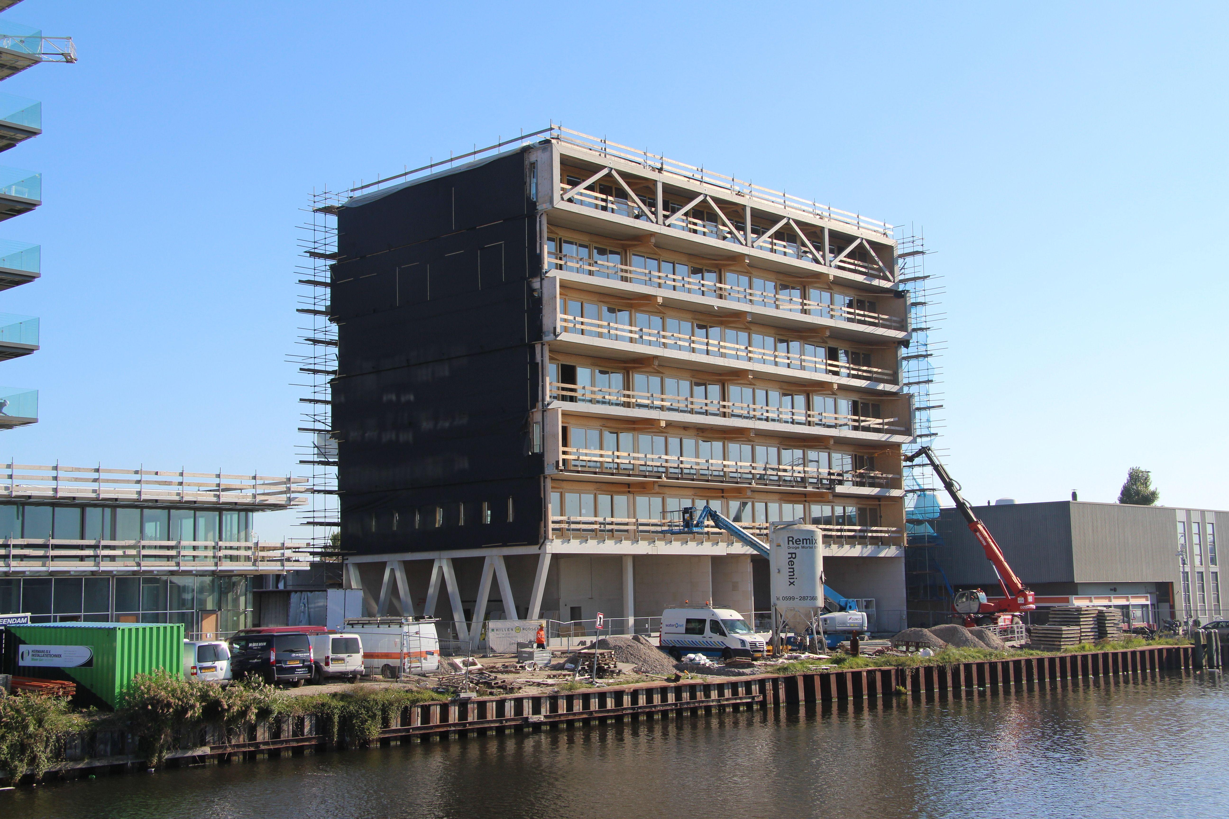 Puur vanwege het benodigde gewicht is de onderste bouwlaag uitgevoerd in beton met kalkzandsteen.