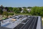 Het dak in aanleg, met de kratten zichtbaar die boven op de drukverdelende en wortelwerende folie worden geplaatst.