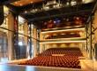 De theaterzaal is in het hoofdschip van de marineloods gebouwd met glazen wanden als afscheiding met de zijschepen.