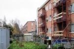 Stalen steiger achter woningen