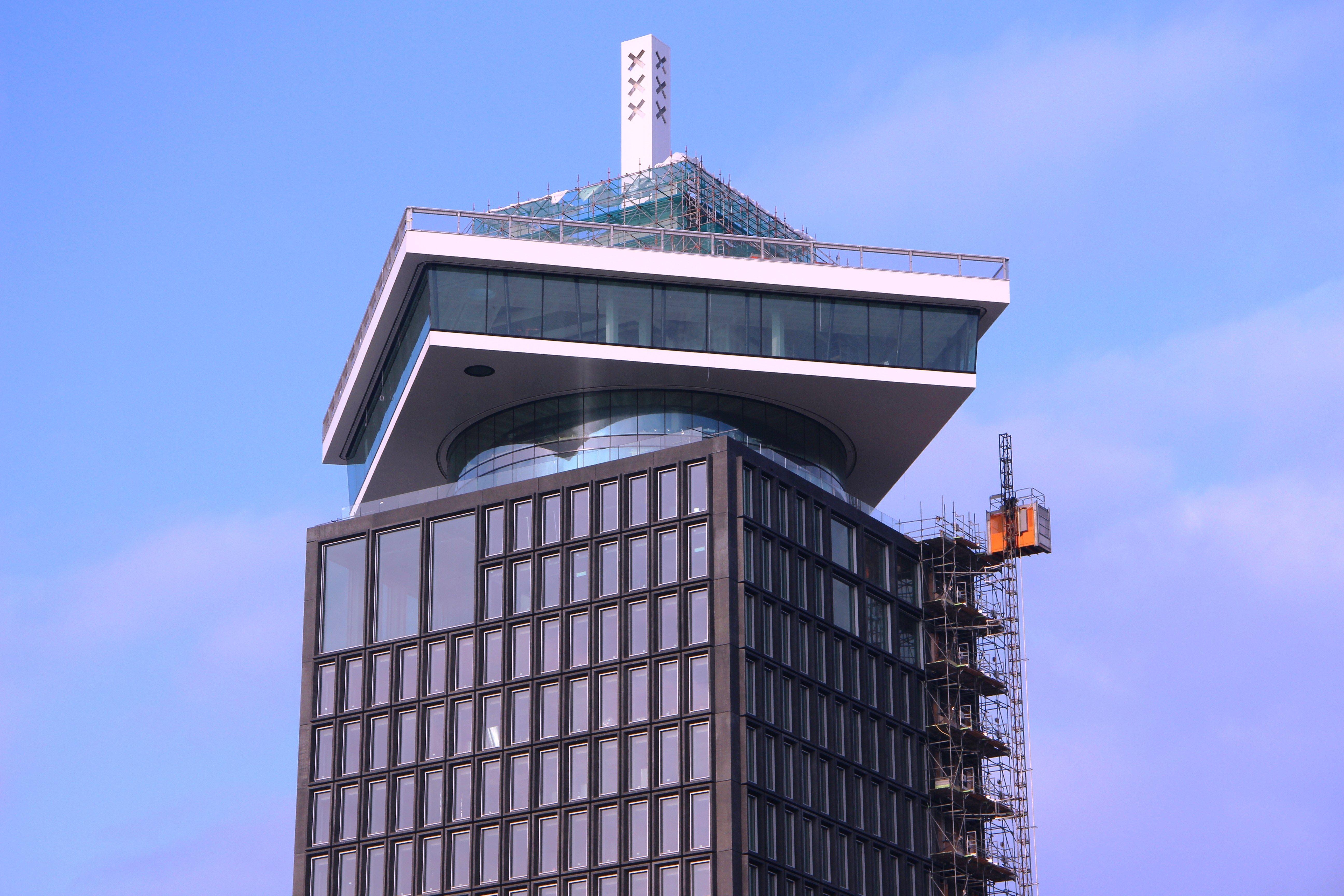 Tussen de toren en de kroon bevindt zich een tweelaagse ronde tussenbouw met een glazen gevel. Boven in de toren zelf bevinden zich een aantal extra grote ruiten.