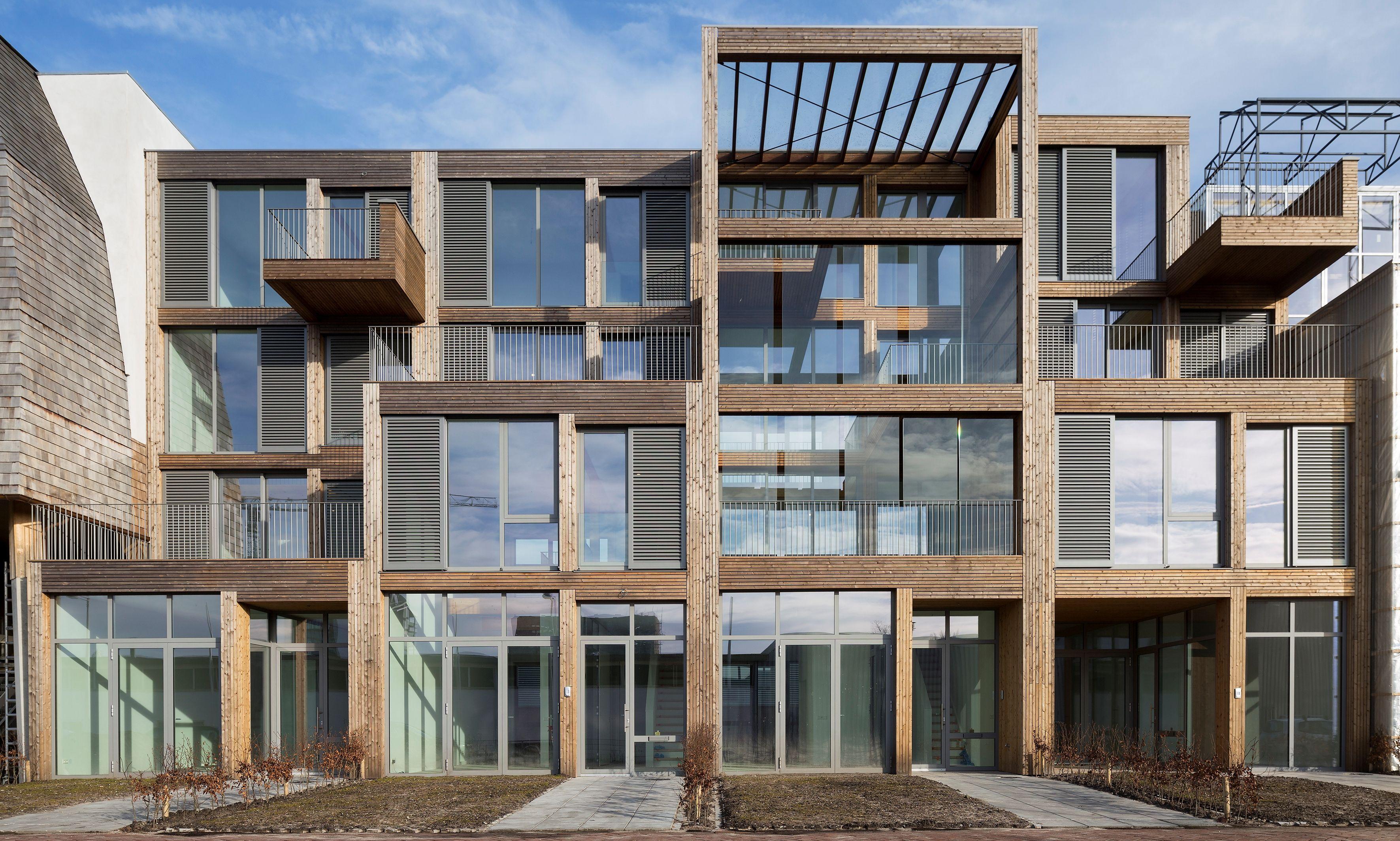 De vier woningen hebben dezelfde constructieve opzet en gevelafwerking, maar zijn toch totaal verschillend van elkaar.