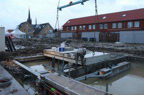 De eerste woning in plan Julia's Morgen in Wateringen is één dag gerealiseerd. Hier wordt in alle vroegte de fundering geplaatst.