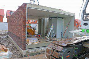 De eerste verdiepingsvloer wordt gemonteerd.
