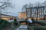 De tot gemeentehuis getransformeerde BAT-fabriek heeft een nieuw, verbindend bouwdeel met een vliesgevelindeling, die verwijst naar de patronen in de bakstenen gevel van Hal 12. (Foto: Jan de Vries)