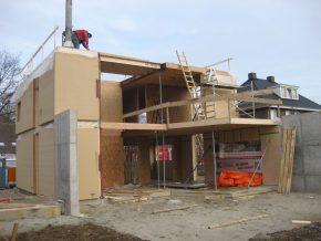 Door prefabricage van de houtskeletbouw was voor het plaatsen van het skelet slechts een week nodig