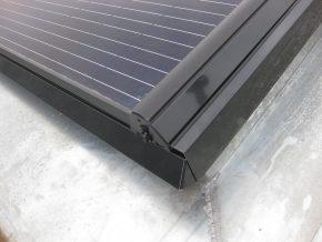 Detail van het Robisol-systeem, dat gebruikt is voor het volvlakse PV-dak, met rondom een zinken goot