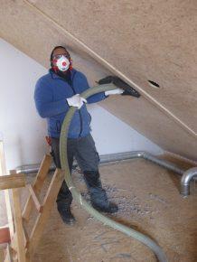 De dakdozen zijn in het werk volgeblazen met cellulosevlokken