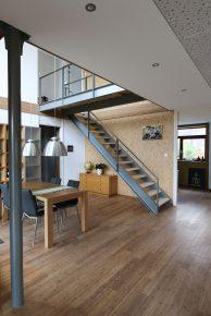 In de verdiepingsvloer is een vide opgenomen met rondom een staalconstructie en een stalen kolom met sierlijke kop