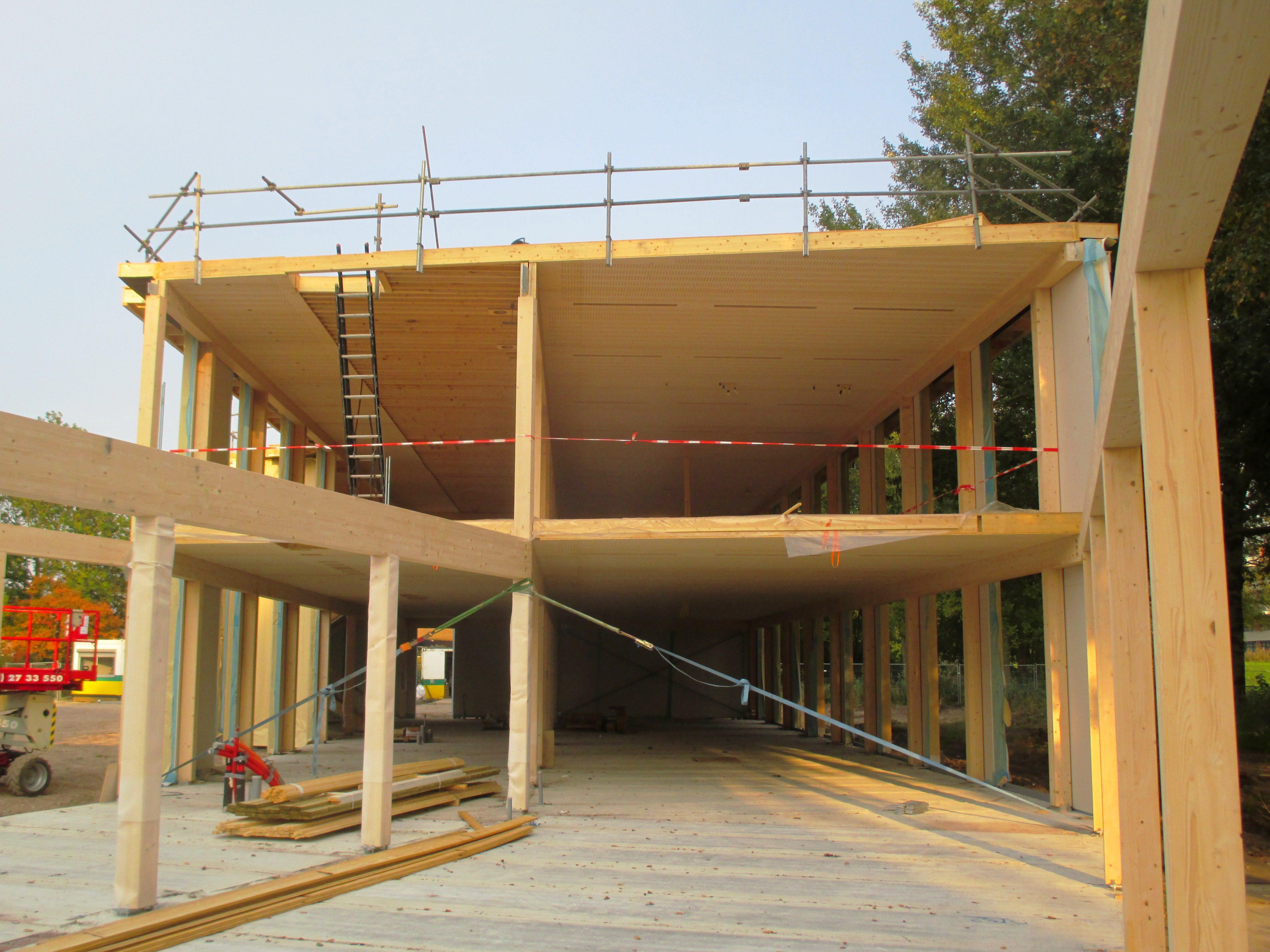 De houten kanaalplaatvloeren overspannen van gevelbalk naar gevelbalk, met een tussensteunpunt iets uit het midden.