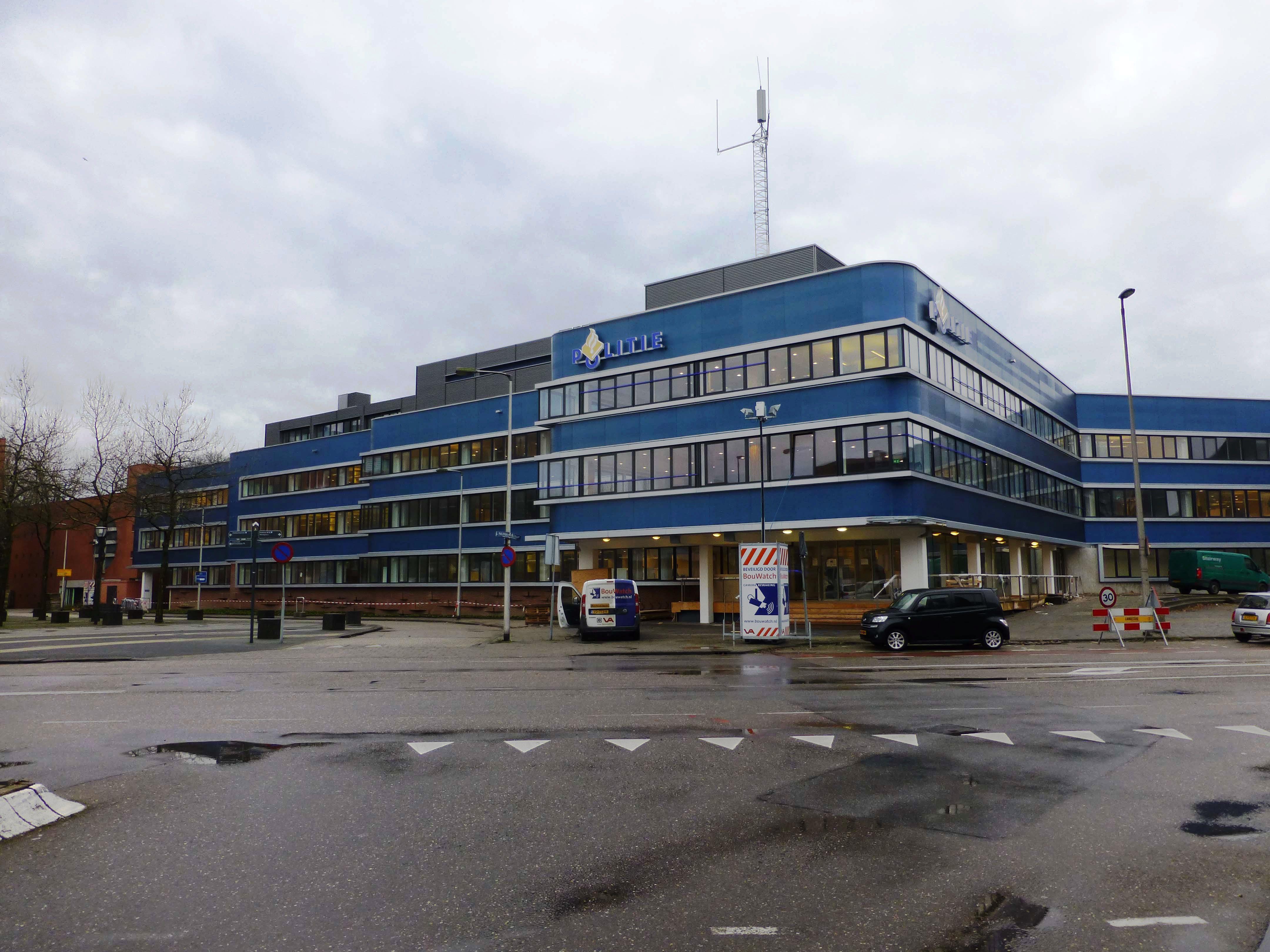De borstweringen van het politiebureau van de Regionale eenheid Oost-Nederland in Enschede zijn bekleed met platen smeltglas in reliëf in de kleur 'politieblauw'.