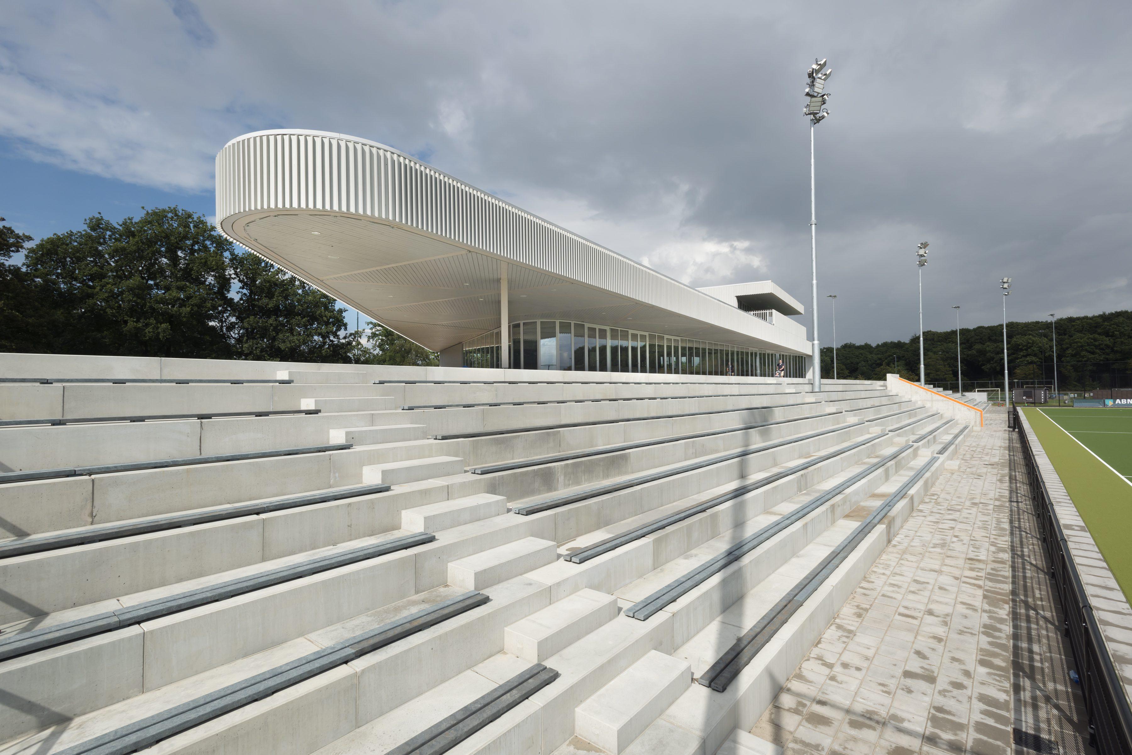 Modern clubgebouw met grote luifel