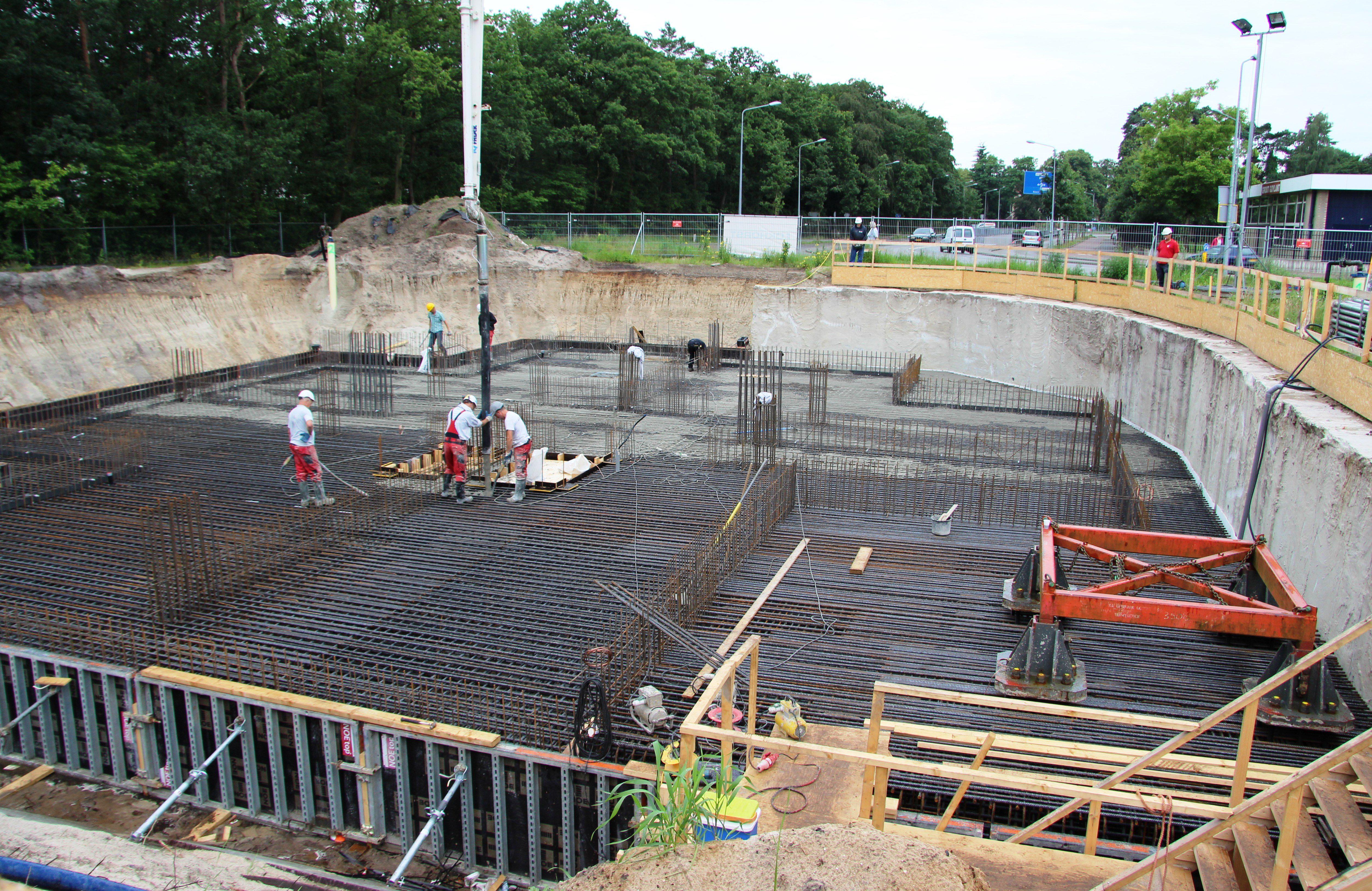 Vanwege een betonnen waterleiding en een doorgaande weg is aan twee zijden van de bouwkuip een CSM-wand geplaatst. De torenkraan wordt geplaatst in een oksel van het gebouw, binnen de CSM-wand. De funderingsplaat is anderhalve meter breder dan de footprint van het gebouw.