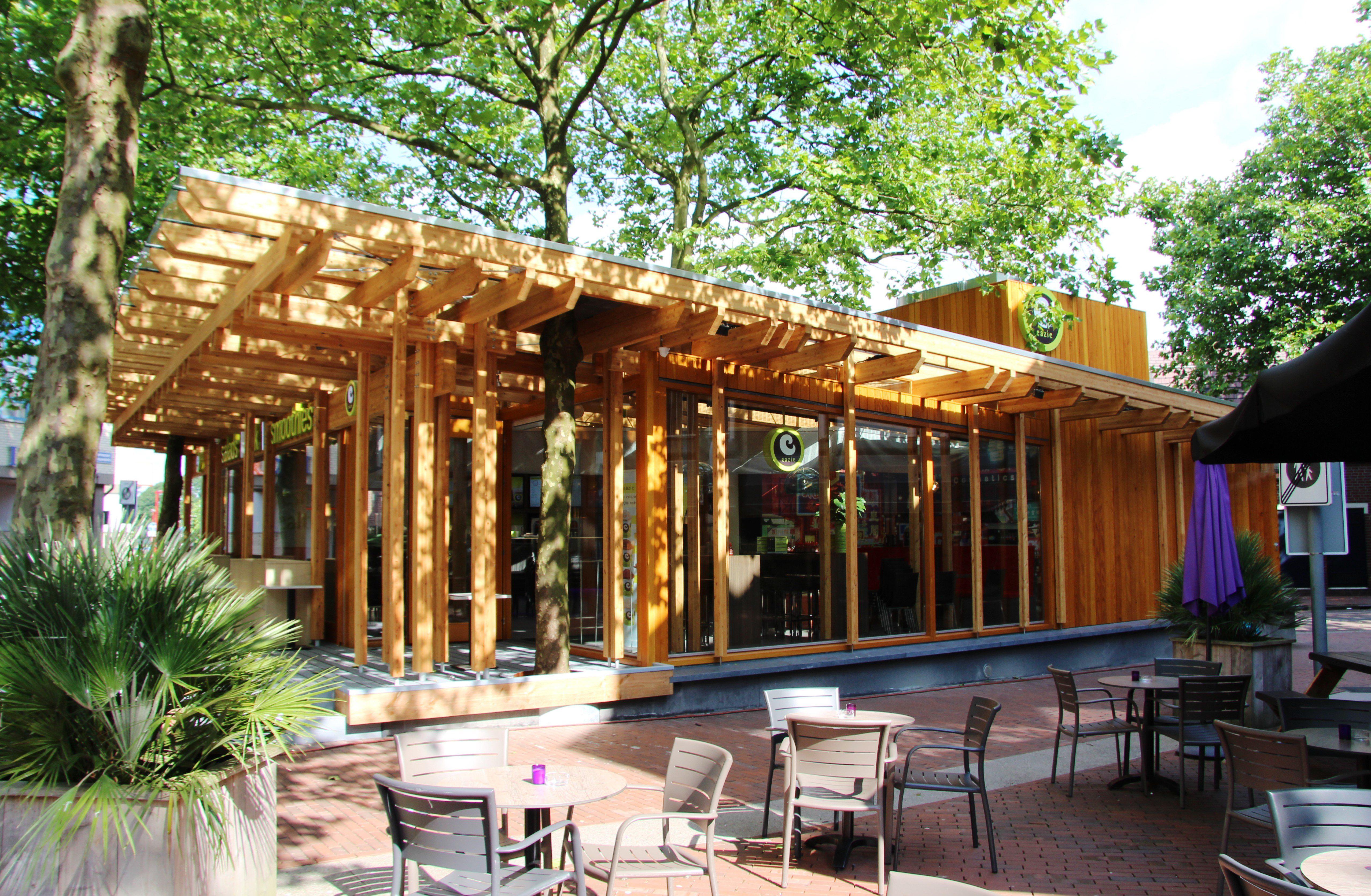 Het horecapaviljoen is volledig ontworpen op de al aanwezige bomen. Twee staan buiten onder de luifel; één staat midden in het paviljoen.